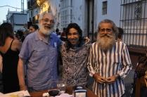 El autor junto al también miembro de la asociación fotográfica arcense Focal, Diego García Silva, posan con el cantaor Joaquín de Sola, que actuó esa noche en la calle Las Cortes.