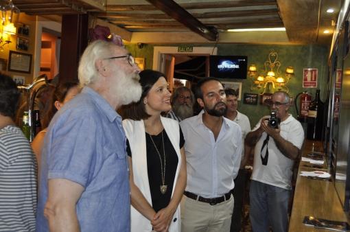 La Alcaldesa de San Fernando y el concejal de Cultura inauguran la exposición junto al autor.