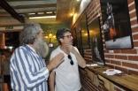 Los cabales se interesan por las fotos. A la derecha, mi tío Vicente Orozco Fidalgo.