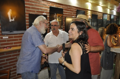 Ignacio Escuín (centro) y Barrios Gil charlan con otros aficionados al flamenco de La Isla.